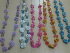 Diversos colares com fuxicos e contas. Várias cores. www.elo7.com.br/viviarteemfuxico
