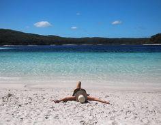 Acabamos de chegar do paraíso! Já estamos no Colonial Village Resort YHA de Hervey Bay de onde postamos a foto de um dos lugares mais lindos que já visitamos: Fraser Island!  O que parece um mar é na verdade uma lagoa super azul na maior ilha de areia do mundo.  Para chegar em Fraser Island é necessário uma viagem de balsa a partir de Hervey Bay de cerca de 45 minutos.  Na ilha de areia só roda 4x4. Seja em um tour ou por conta própria  como nós fizemos.  Alguns vídeos já estão no stories…