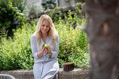 Kräuter frisch aus dem Garten wie zu Hause?🌱  Maria weiß schon welche Kräuter Sie am Liebsten über ihr Essen haben möchte! 🤗  #livetherocketlifestyle Couple Photos, Couples, Fresh, Lawn And Garden, Essen, Couple Shots, Couple Photography, Couple, Couple Pictures