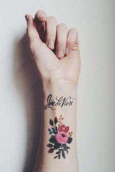 Le poignet est l'une des zones les plus plébiscitées en matière de tatouage. Parfait pour un premier tatouage, c'est l'emplacement féminin et discretpar excellence...