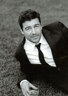 Kyle Chandler. In a suit!