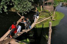 Srinagar, Kashmir. Alcuni studenti si arrampicano su quel che rimane di un ponte pericolante costruito su un ruscello. Una sfida che affrontano quotidianamente pur di sedersi sui banchi di scuola
