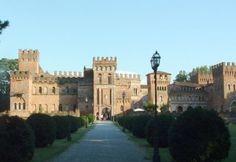 A 150 chilometri da Milano, in provincia di Cremona, si trova il Castello di San Lorenzo de ' Picenardi, uno dei più belli e meno noti della Lombardia medievale.