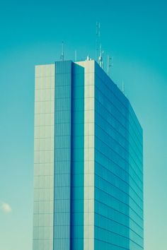 Turm 03 – Bei dieser 3er-Serie wächst ein Büroturm in den Himmel. Der Standpunkt des Betrachters ist relativ. Wiederholtes Umhängen schafft eine sehr subtile Irritation. 2013, MD | © www.piqt.de | #PIQT