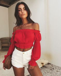 8 House Party Outfits You Will Love Trying to find that perfect house party outfit? Here are eight styles that will make you feel confident and incredible! Red Top Outfit, Crop Top Outfits, Short Outfits, Red Shorts Outfit, Dress Red, Outfits With Red, White Shorts Outfit Summer, Color Shorts, Stylish Summer Outfits