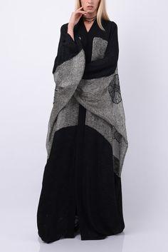 Abaya by Bourgeois Design Iranian Women Fashion, Arab Fashion, Islamic Fashion, Muslim Fashion, Modest Fashion, Fashion Dresses, Hijab Trends, Kaftan Style, Abaya Designs