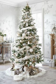 Here are best White Christmas Decor ideas. From White Christmas Tree decor to Table top trees to Alternative trees to Christmas home decor in White & Silver Beautiful Christmas Trees, Christmas Tree Themes, Noel Christmas, Xmas Decorations, All Things Christmas, Winter Christmas, Country Christmas, Silver Christmas Tree, Christmas Trends