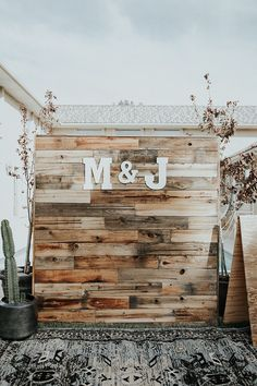 photobooth backdrop made out of wood pallets #bohowedding #backyardwedding #diybackdrop See more: https://ruffledblog.com/backyard-bohemian-wedding