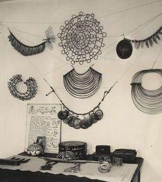 I am a big fan of Alexander Calder. To be honest I can't say I really like his jewelry, but I love the forms and shapes he uses. I'm jealous of the playfulness of his designs … Alexander calder in his atelier. In the early. Alexander Calder, Metal Jewelry, Jewelry Art, Jewelry Design, Jewelry Ideas, Jewlery, Vintage Jewelry, Ringa Linga, Art Fil