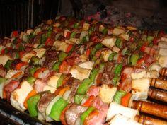 Brochettes mixtas, muy faciles de preparar, en esta ocasión los combinamos con carne pollo y lomo de ternera intercalados con panceta y vegetales...Mmmm!!! Brochette mixto con ese saborcito y aroma inigualable que le de la cocción a las brasas.  Los argentinos adoramos todo lo que es a la parrilla. En esta ocasión hice unas buenisima brochetttes mixtas a la parrilla que combinan dos carnes, cebollas y morrones. Esta es tan solo una idea. Las brochetas mixtas se pueden hacer y combinar ...