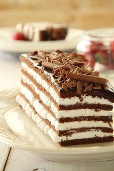 Chocolate cake and sweet cream layers. In Hebrew, and Google doesn't translate, but it looks easy enough.