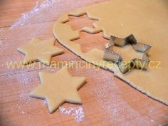 Vánoční hvězdičky Gingerbread Cookies, Cookie Cutters, Sugar, Desserts, Food, Gingerbread Cupcakes, Tailgate Desserts, Deserts, Essen