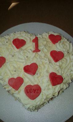 Celebrando el amor torta en forma de corazón