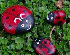 comment décorer son jardin, exemple de galets peintes façon coccinelle posés sur l herbe
