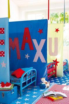 Des draps customisés avec prénoms en appliqués, pour séparer les lits dans une chambre comme un dortoir