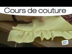 ▶ Apprendre à faire une fronce à la machine - YouTube Diy Couture, Couture Sewing, Techniques Couture, Sewing Techniques, Sewing Hacks, Sewing Tutorials, Learn How To Knit, How To Make, Creation Couture