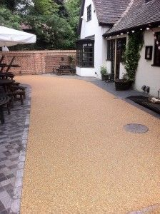 This is resin bound gravel which is softer than tarmac but is quite stark without any planting. It also comes in a more grey colour. Resin Driveway, Gravel Driveway, Driveway Ideas, Resin Bound Gravel, Resin Bound Driveways, Garden Paving, Garden Paths, Bed Design, House Design