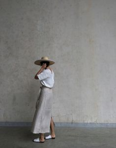 perfct summer look: cotton tee, linen skirt, and fedora Minimal Fashion, New Fashion, Trendy Fashion, Minimal Chic, Female Fashion, Ladies Fashion, London Fashion, Skirt Fashion, Fashion Outfits
