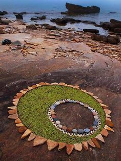 Dietmar Voorworld is an artist who takes rocks, pebbles and leaves he finds in nature and turns them into memorable pieces of land art. Stunning Circular Land Art Made of Rocks and Leaves - My Modern Met Land Art, Art Et Nature, Nature Crafts, Art Environnemental, Art Rupestre, Art Pierre, Instalation Art, Art Sculpture, Metal Sculptures