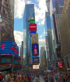 Times Square nada mais é do que um cruzamento com painéis de led gigantes fazendo propaganda das marcas mais famosas do mundo, sempre lotado de gente circulando, realizando apresentações de rua, e ainda rodeado de teatros que apresentam as famosas peças da Broadway e lojas que vendem desde produtos grifados a piratas. A profusão de luzes, cores, e sons te dará a certeza de estar na Big Apple. - New York