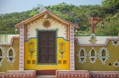 Farmhouse Architecture, Indian Architecture, Village House Design, Village Houses, Ethnic Home Decor, Indian Home Decor, Worli Painting, House Painting, Janmashtami Decoration