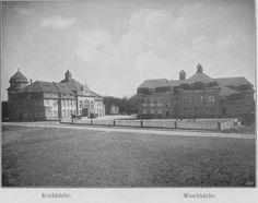 Schwarz-Weiß-Foto: zwei große Häuser mit einer Straße im Vordergrund und Bäumen im Hintergrund