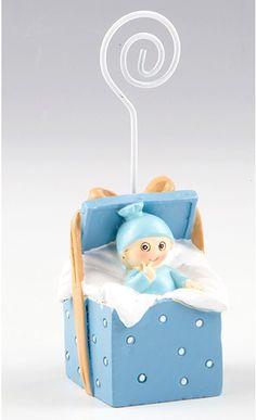 Detalles para bautizo. Clip portafotos o portanotas niño dentro de cajita de regalo. Se entrega con tarjeta personalizada, nombre y fecha del evento. Medidas: 11 cm #detalles #para #bautizo #detalles #para #invitados #detalle #bautizo  #babyshower #portafotos #bebe  #clipportafotos Baby Shower, Toy Chest, Storage Chest, Toys, Furniture, Home Decor, Canela, Baby Blue, Gift Boxes