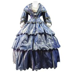 For Sale on 1stDibs - Circa 1855 France French Day dress with bodice and round crinoline skirt in changing and noising taffeta dating from the beginning of the Second French 1800s Dresses, Day Dresses, Evening Dresses, Victorian Dresses, Crinoline Dress, 1850s Fashion, Period Costumes, Movie Costumes, Evolution Of Fashion
