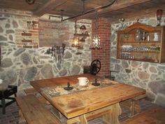 Wspaniale odnowione piwnice we dworze, a w nich bar, winiarnia, bilard.  www.it.mragowo.pl