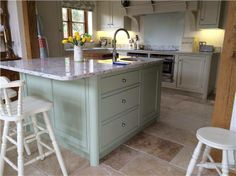 Kitchen in Farrow & Ball Vert de Terre and cupboards in Off-White. Barn Kitchen, Kitchen Paint, New Kitchen, Kitchen Decor, Kitchen Design, Kitchen Ideas, Kitchen Photos, Farrow Ball, Country Kitchen Inspiration