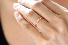 Cette simple bague en 14k solide (jaune, rose, blanc) or -La bande anneau mesure 1,35 mm dépaisseur. -Le diamant blanc mesure 3mm x1.7mm,