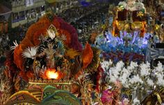 Beija-Flor é campeã do Carnaval do Rio de Janeiro (Foto: AP) - http://epoca.globo.com/tempo/noticia/2015/02/bbeija-flor-e-campeab-do-carnaval-do-rio-de-janeiro.html