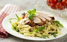 Pasta med kyckling och örtsås