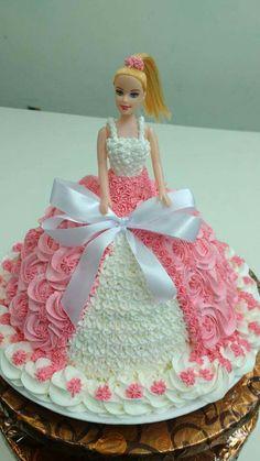 tu na hi tho bola kal iss mai net haya Barbie Doll Birthday Cake, Frozen Birthday Cake, Birthday Cake Girls, Birthday Cupcakes, Bolo Barbie, Barbie Cake, Cupcake Cake Designs, Cupcake Cakes, Cake Hacks