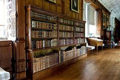 Lanhydrock House Library (Cornwall) (Beheerd door The National Trust) The National, National Trust, English Library, English Architecture, Castles In England, English Decor, Home Libraries, Bookcase Shelves, English Style
