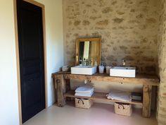 Le meuble vasque - Un vieil établi récupéré chez mon beau-père. Il reste les miroirs a accrocher. La porte noire est celle des WC.