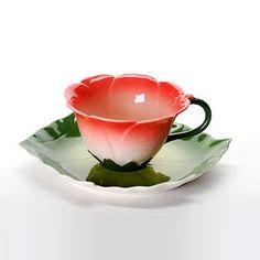 Xícara em porcelana simulando uma flor.  Marcante e suave.  Importada