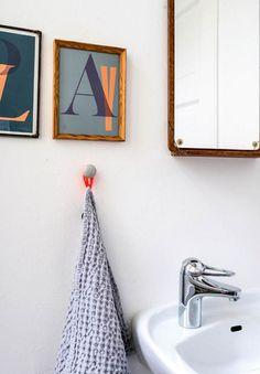 Danske designklassikere, iøjefaldende farver og rene linjer. I et håndplukket miks af nyt og vintage, kunst og tekstiler har Nana Voxtrup skabt en rolig og samtidig livlig base for sin familie på fire.