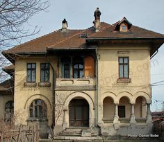 Beautiful Architecture, Beautiful Buildings, Beautiful Homes, Old Abandoned Houses, Old Houses, Moldova, Facade Design, Bucharest, Cabin Homes
