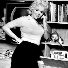 Marilyn during the filming of Person To Person in April 1955. ☎️