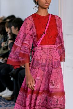 Apr 2020 - Valentino at Paris Fashion Week Spring 2017 - Details Runway Photos 70s Fashion, Paris Fashion, Runway Fashion, High Fashion, Womens Fashion, Fashion Trends, Fashion Weeks, Hippie Fashion, Petite Fashion
