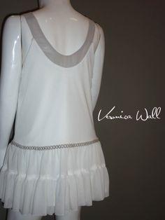 vestido blanco-gris en mesh y gasa con cintillas plata al frente y cadera