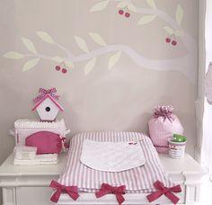 Table à langer de Mlle Cerise avec ses rangements à couches, ses trousses à barettes et son matelas à langer à nouettes