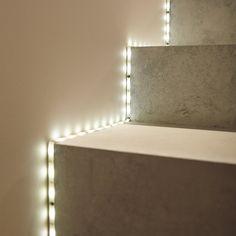 Ruban LED qui offre une lumière d'ambiance blanche et dynamique pour souligner vos escaliers. #eclairage #escalier #LED #homdeco