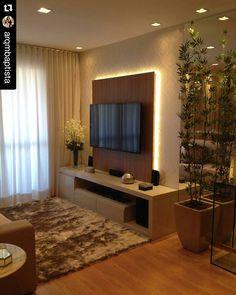 """""""Começando bem o dia com esse linda sala de estar/TV pequena. O painel de TV com iluminação indireta deixou o ambiente mais a moderno. Projeto das…"""""""