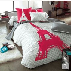 Une autre chambre d'ado avec pour thème : Paris. | If I didn't have a heterosexual man living with me, I would deck out my bedroom thusly.