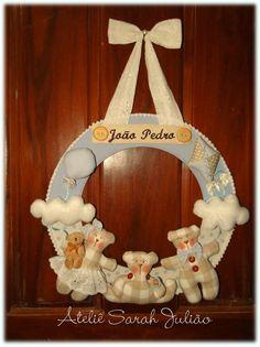Guirlanda em madeira MDF com 35 cm de diâmetro forrada com tecidos de algodão, nome em bordado computadorizado com apliques de nuvens, ursinhos, pipa e balão no tema ursinhos no céu.