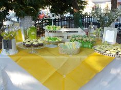 Yello -green colours for a lemon tasted candy table! Green Colors, Colours, Candy Table, Lemon, Table Decorations, Home Decor, Candy Stations, Decoration Home, Colors Of Green