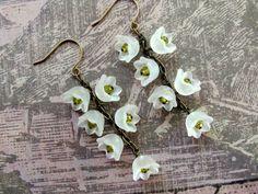 Weiße Lilie Blume Ohrringe, weiß Lucite Blüten, Swarovski Ohrringe, Blumeohrringe weiß Ohrringe baumeln Ohrringe, Lucite-Ohrringe