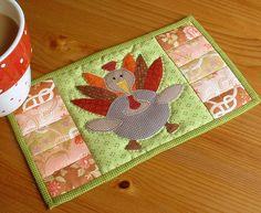 Mantelito para las tazas en patchwork. Turkey mug rug.